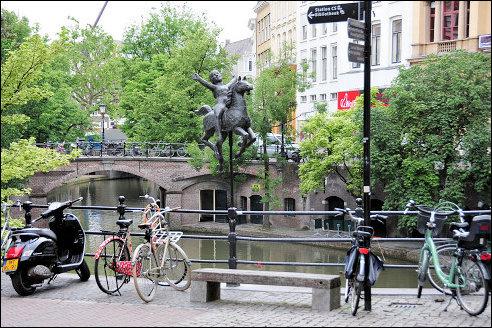 Pieter d'Hont Meisje op draaimolenpaard aan de Oude Gracht
